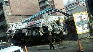 La imagen es elocuente. El camión quedó apoyado en sus ruedas traseras derechas.