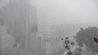 La niebla se apoderó de la ciudad en minutos.