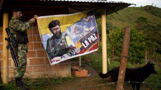 Sueño de paz. Un guerrillero sostiene un afiche de jefe máximo de las Farc Alfonso Cano