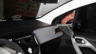 El ventilete de la puerta del Peugeot de Maximiliano fue roto para poder sacarle las llaves y los documentos.