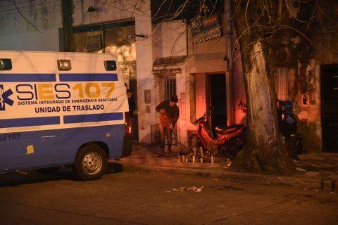 La ambulancia del Sies se lleva el cuerpo de Nora Oroño de su casa de Regimiento 11 al 87 bis