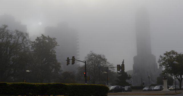 una postal distinta. La niebla avanzó en plena tarde y comenzó a cubrirlo todo. En las rutas el tránsito se tornó muy peligroso.