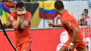 Alexis y Aranguiz festejan el primer gol trasandino.