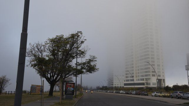 Las mejores imágenes de la niebla que tapó la ciudad con extrañas figuras en el cielo