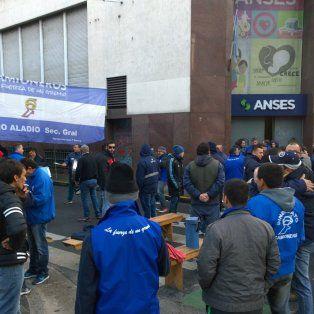 Esta mañana, frente al local de la Ansés. La protesta motivó un corte de tránsito que afectó a todo el microcentro.