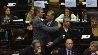 Los diputados Alejandro Grandinetti y Hermes Binner se saludan durante la sesión de hoy en Diputados.