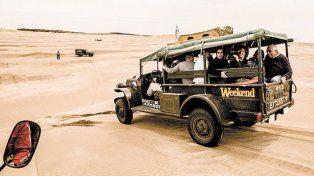 Turismo aventura.Los visitantes en 4x4 recorren empinados médanos y la playa.