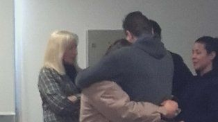 en tribunales. Nilda abraza a su hijo luego de conocerse la sentencia.