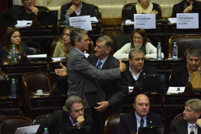 Los diputados Binner y Grandinetti en la sesión se cruzaron un cálido abrazo