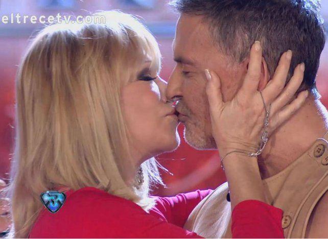 Solita Silveyra y Osvaldo Laport se dieron un apasionado beso en cámaras.
