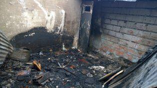 La vivienda donde vívía Raúl Ortiz quedó totalmente destruida por el fuego.