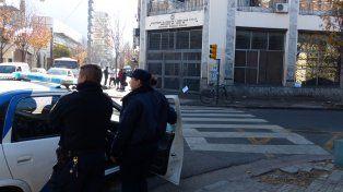 Efectivos policiales custodian la sede Trabajo en Ovidio Lagos y San Lorenzo