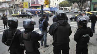 Fuerte custodia policial frente a la sede local del Ministerio de Trabajo