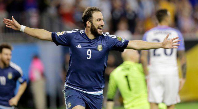 El goleador argentino Gonzalo Higuaín confirmó que continuará en Napoli.