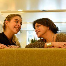Madre e hija. Viviana Sáez posó en un hotel local junto a Jazmín Laport.