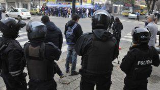 Custodiados. Las inmediaciones del Ministerio de Trabajo estuvieron ayer celosamente vigiladas por efectivos policiales. La mayoría de las cadenas de súper no acató la conciliación obligatoria.
