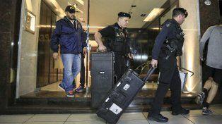 La policía se retira del departamento porteño de De Vido. Buscan pruebas que permitan avanzar en la causa.