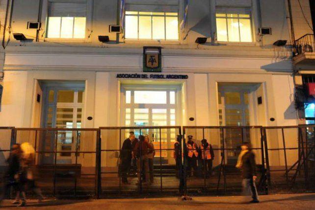 La Fifa ordenó un comité de regularización de la casa madre del fútbol argentino.