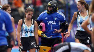 Las jugadoras de Las Leonas se retiran del estadio tras la derrota ante las holandesas.