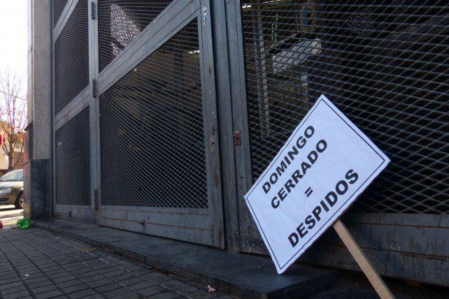 Un grupo de barras irrumpió el jueves en la sede local del Ministerio de Trabajo para impedir la audiencia por los despidos en Coto.