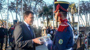 Obsequio. El intendente Raimundo donó una trompeta a los granaderos.