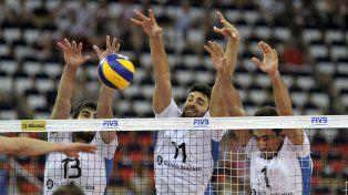 Arriba. El triple bloqueo argentino se arma para defender.
