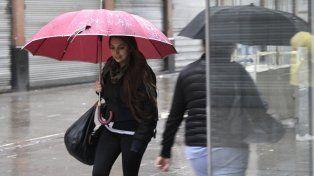 La lluvia marcó el pulso de la mañana rosarina.