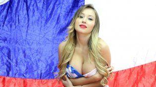 La sexy Daniella Chávez, embanderada para alentar a Chile.