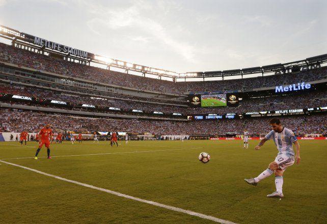 Messi mete la pelota en el área chilena en el Metlife.