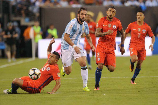 Higuaín tuvo una situación muy clara que no definió bien y se fue muy cerca del segundo palo.