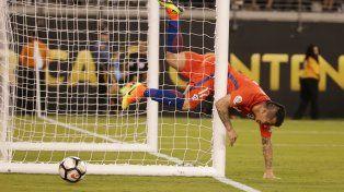 Gary Medel seguía la trayectoria del balón en el remate de Higuaín y no pudo evitar chocar contra el palo.