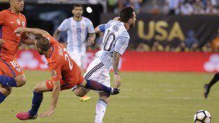 Una de las faltas contra Messi que le valieron las dos amarillas a Marcelo Díaz.