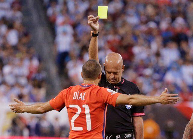 Díaz se fue expulsado por doble amarilla.