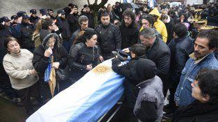 Dolor. Mauro Emon fue enterrado ayer en el cementerio de Granadero Baigorria.