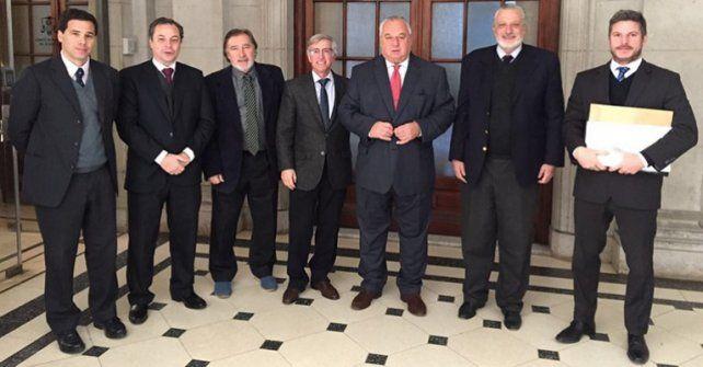 rúbrica. Gutiérrez y las autoridades de la Superintendencia de Seguros después de firmar el acuerdo.