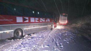 anclados en la nieve. Un colectivo quedó varado en las Altas Cumbres.