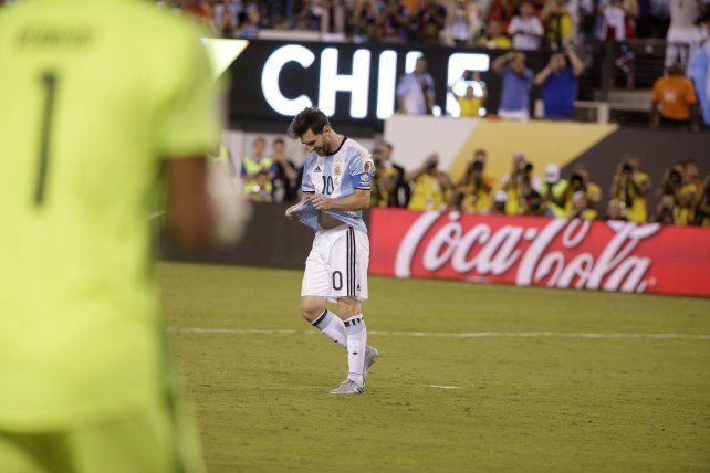 Messi ya erró el penal. La Roja otra vez festejó ante Argentina.