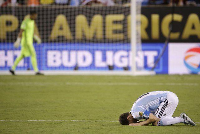 No lo puede creer. Romero atajó el primero pero Messi y Biglia erraron los suyos y Argentina perdió otra final.
