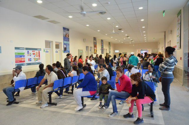 Consulta médica. Las salas de espera de los hospitales de nuestro país se hallan desbordadas por el aumento exponencial de casos de bronquiolitis.