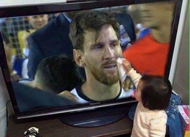 La foto de una bebé secándole las lágrimas a Lionel Messi por televisión que se hizo viral