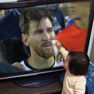 la foto de una bebe secandole las lagrimas a lionel messi por television que se hizo viral