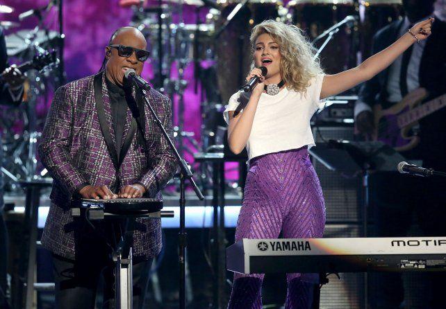 Tributo. Stevie Wonder y Tori Kelly interpretaron una versión de Purple Rain.