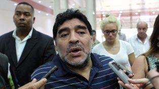 Maradona pidió que Messi continúe en el seleccionado argentino.