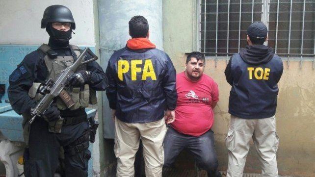 Detenido. Salomón ayer cercado por policías de la TOE y de la Federal