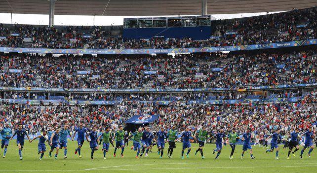Forza azzurri. El plantel italiano celebra la conquista sobre España