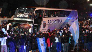 Estuvieron ahí. Un centenar de hinchas alentó a los jugadores en el camino del aeropuerto al predio de la AFA.