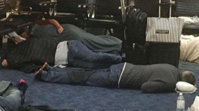 Cobos quedó varado en un aeropuerto por la cancelación de un vuelo y durmió en el suelo