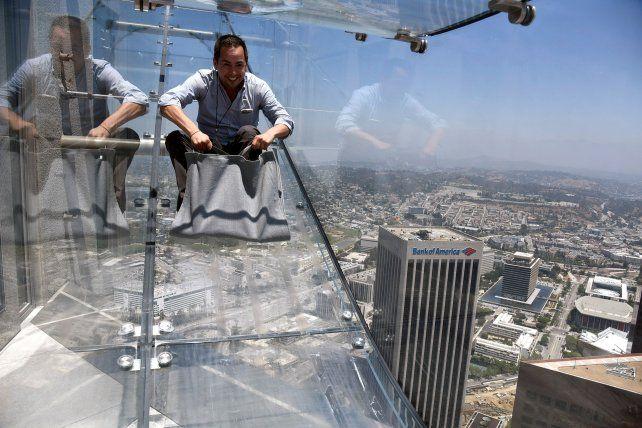 El tobogán transparente está ubicado entre los pisos 69 y 70 del US Bank Tower