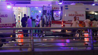 Las ambulancias llegaron al aeropuerto turco para asistir a las víctimas del atentado.