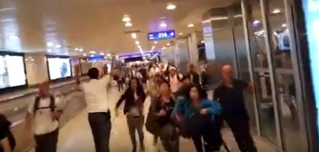 La frenética evacuación del aeropuerto de Estambul tras la explosiones y los disparos